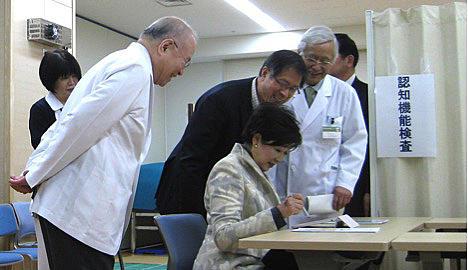 センターを視察される小池東京都知事 2