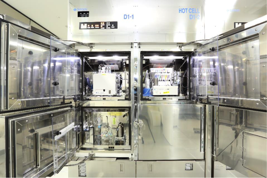 図2.PET薬剤の製造に用いられる自動合成装置とホットセル